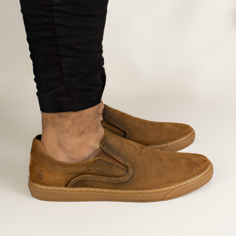 TENIS CONVEXO SLIP ON MULTIPONTOS TAN/GUM